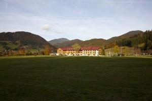 Blick aus der Ferne auf Gut Steinbach, Romantik Hotel & Chalets in Reit im Winkl
