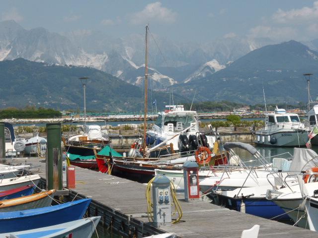 T7 Lunigiana - Toscana - Bocca di Magra mit Blick auf die Marmorberge von Carrara
